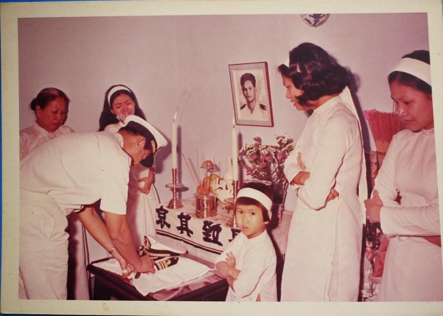 Bà quả phụ Nguyễn Thành Trí (phía trái trong hình) và con gái 5 tuổi phía phải