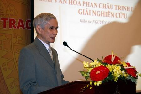 """Nhà nghiên cứu Nguyễn Ngọc Lanh đọc diễn từ tại buổi lễ trao giải. Ảnh: L.Điền (""""Tuổi Trẻ"""")"""