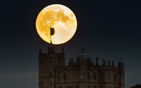supermoon-rises-ab_3455417k
