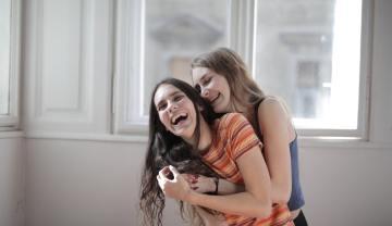 NiceDay blog: Een nieuwe manier van knuffelen: de Corona-knuffel