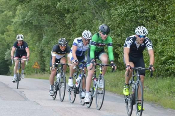 I torsdags gjorde jag ett kort gästspel på Motion 6-dagars i Laholm. Bergsetappen på 120 km och en handfull gånger över Hallandsåsen blev bitvis en ganska plågsam historia. Redan i första stigningen kände jag att tätkillarna var lite väl starka för mig, men det var inte förrän tre stigningar senare som jag knäcktes rejält. De sista två milen tillbaka till Laholm kördes i trevligt lagtempo på 3-4 cyklister.