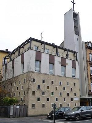Eine Kirche macht die Lichter aus