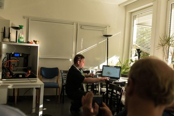 Wolfgang Loest mit seinem 3-D-Drucker