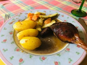 In Marsala geschmorte Entenkeule an Karotten-Birnen-Gemüse