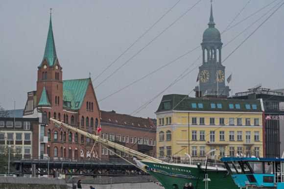 Museumsschiff Rickmer Rickmers, dahinter Schwedische Kirche und Turm St. Michaelis