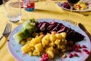 Entenbrust mit Pistazienkartoffeln, Granatapfelsauce und Spitzkohlröllchen