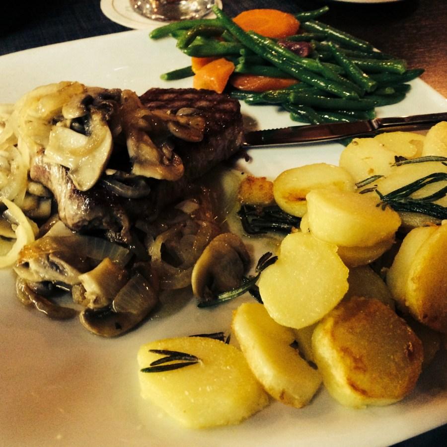 Argentisches Rumpsteak vom Grill mit Champignons und Röstzwiebeln @ Il Corvo, Bielefeld