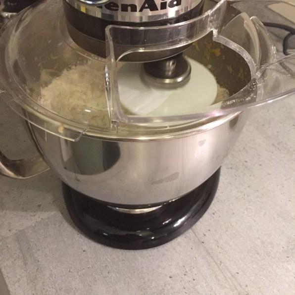 Mehl, Zucker, Mandeln und Pinienkerne