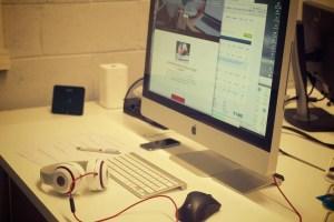 creative-apple-desk-office (1)