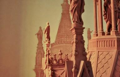 Fronte del battistero con vista del Ciborio dipinto nella retrostante parete Nord
