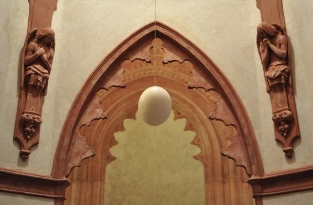 'Uovo di struzzo' collocato sopra la vasca battesimale e illuminato dall'alto