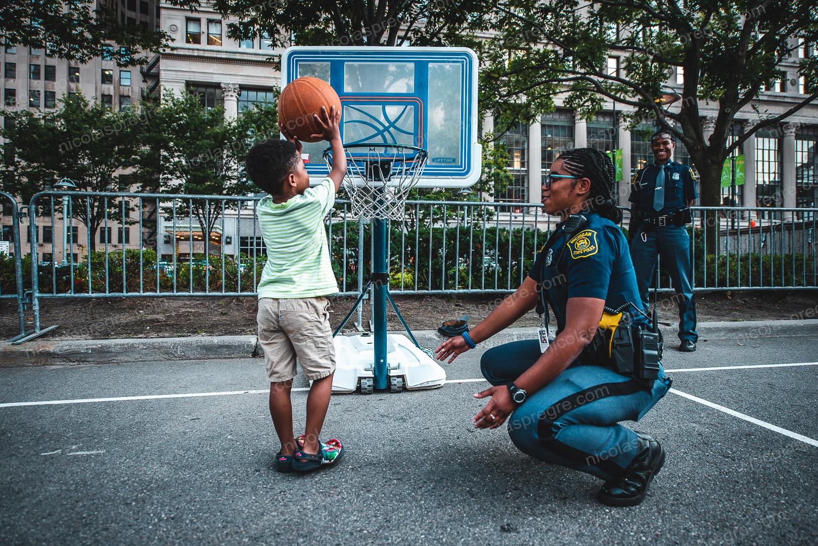 Juste une leçon de basket, donnée par la police dans le centre ville de Détroit