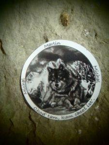 Nálepka na stene Osej jaskyne...