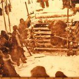 Ainovia vyťahujú medveďa z klietky pred rituálnym zabitím