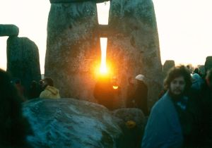 Sunrise at Stonehenge on the Midwinter Solstice by Mark Grant (Own work) [CC-BY-2.5 (http://creativecommons.org/licenses/by/2.5)], via Wikimedia Commons