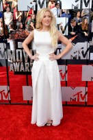 Best Visual: Ellie Goulding actually looks like a princess. She looks very good as a whole—not just the dress.