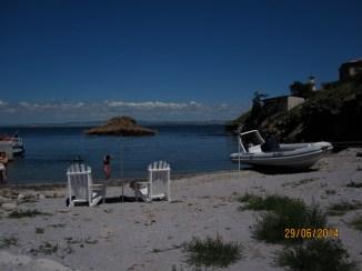 Il molo e la piccola spiaggia sull'isola di santa Anastasia