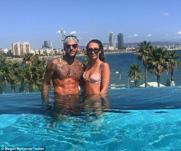 megan-mckenna-and-pete-wicks-cosy-up-for-beautiful-holiday-snap