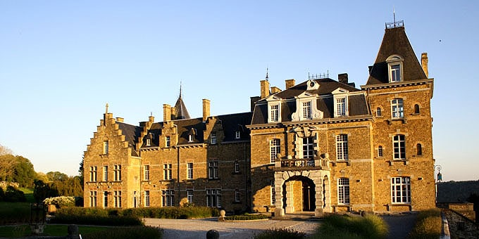 Chateau de la poste in der Abenddämmerung im Belgien Urlaub