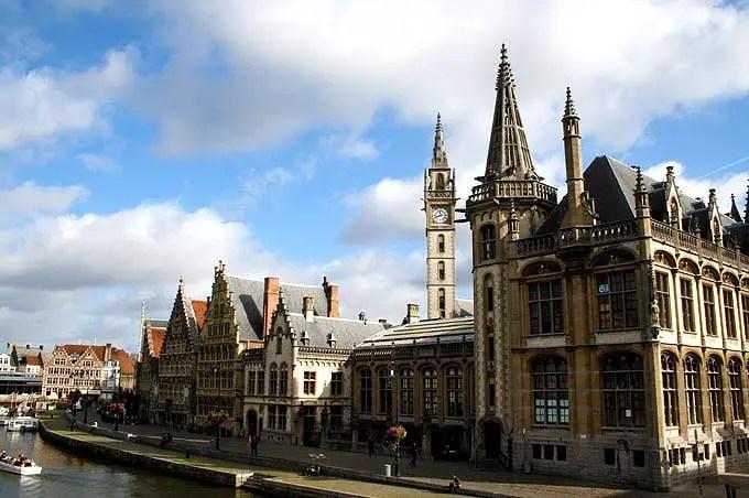 Mittelalterliche Gebäude in Gent an einem Fluß - Flandern Rundfahrt