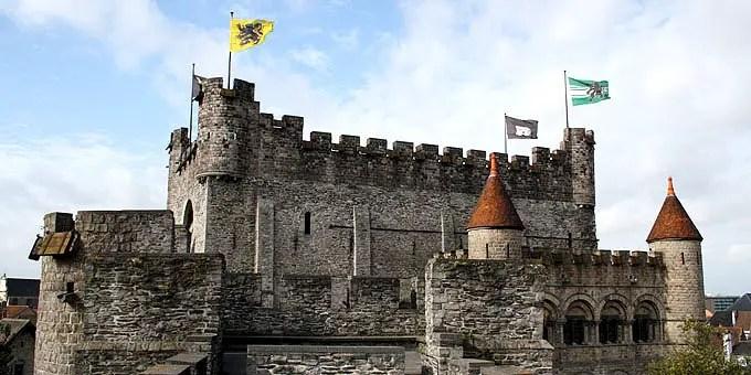 Mittelalterliche Ritterburg in Gent mit Flaggen auf den Türmen. - Flandern Rundfahrt