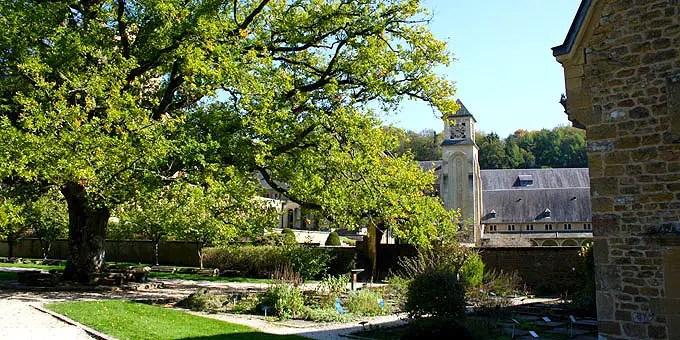 Blick aus dem Kräutergarten der Abtei auf die neuen Anlagen der Trappistenabtei im Belgien Urlaub
