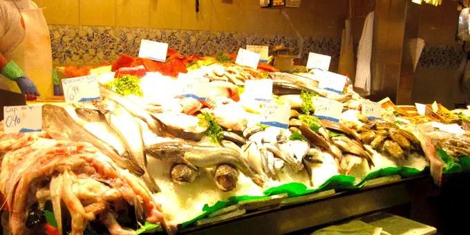 Barcelona Staedtereise - Fischstand in der Markthalle La Boqueria