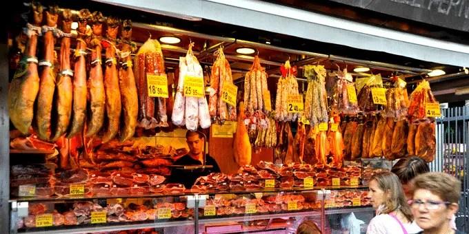 Barcelona Stedtereise - Stand mit Fleisch und Wurst in der Markthalle La Boqueria