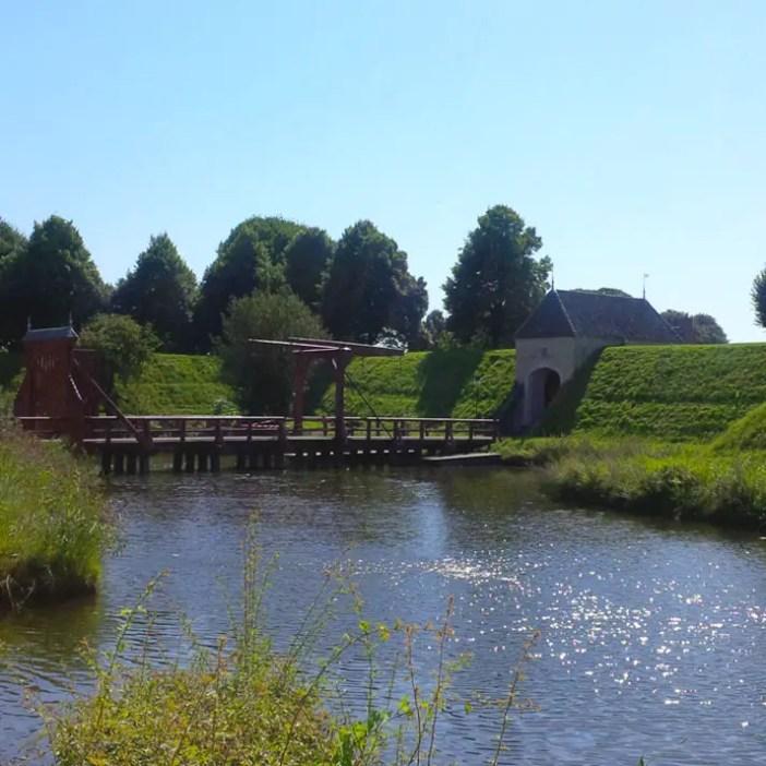 sehenswuerdigkeiten-groningen-reisetipps-niederlande-holland-bourtange-eingangstor-zugbruecke