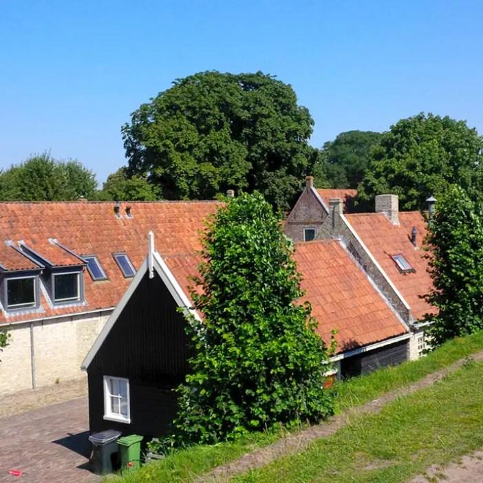 sehenswuerdigkeiten-groningen-reisetipps-niederlande-holland-bourtange-gebaeude