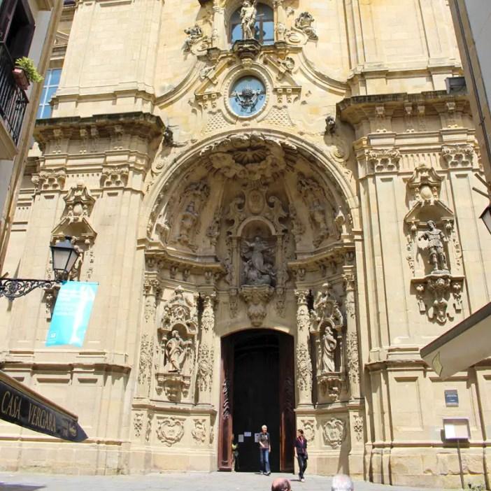 sehenswuerdigkeiten-san-sebastian-baskenland-reisetipps-spanien-altstadt-basilica-santa-maria-coro-eingang