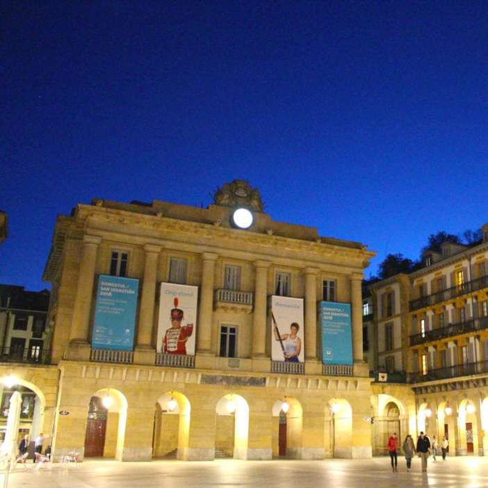 sehenswuerdigkeiten-san-sebastian-baskenland-reisetipps-spanien-altstadt-placa-de-constitucion-altes-rathaus
