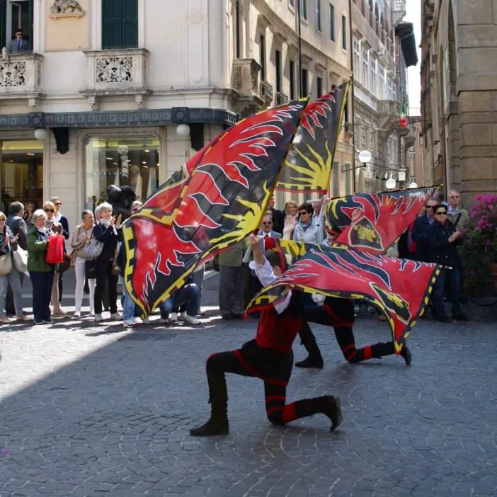 reisetipps-venetien-reisetipps-italien-rundreise-venetien-sehenswürdigkeiten-padua-fest-flaggenwerfer