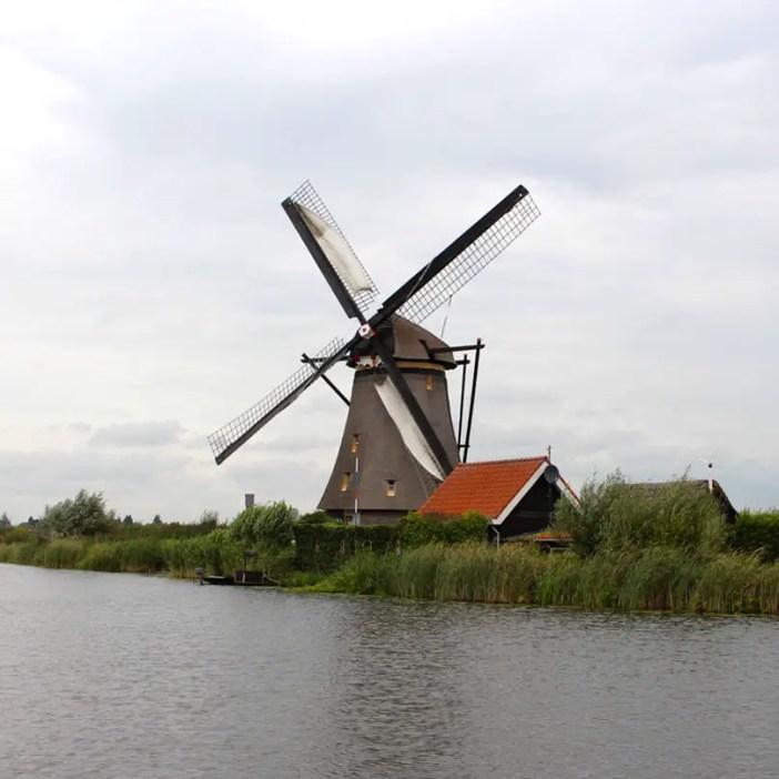 sehenswuerdigkeiten-den-haag-Kinderdijk-suedholland-reisetipps-niederlande-muehle-mit-haus