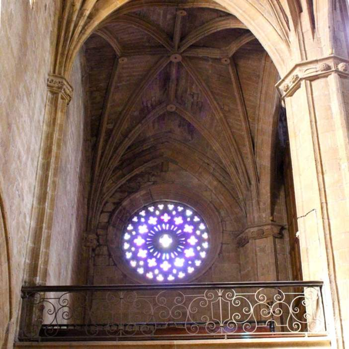 sehenswuerdigkeiten-san-sebastian-reisetipps-baskenland-reisetipps-spanien-iglesia-San-Vicente-innen-rosette