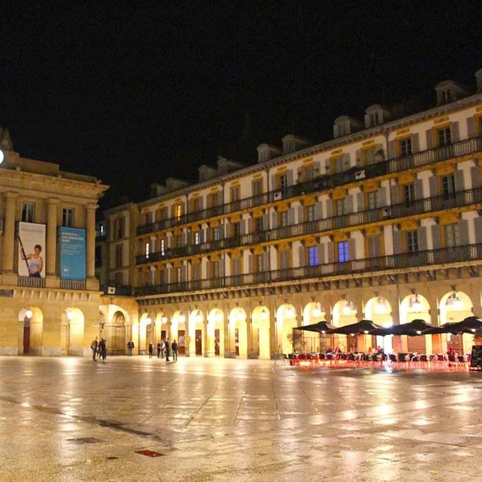 sehenswuerdigkeiten-san-sebastian-reisetipps-baskenland-reisetipps-spanien-plaza-de-la-constitucion-abend