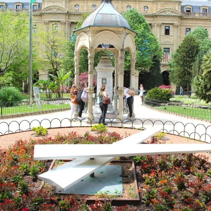 sehenswuerdigkeiten-san-sebastian-reisetipps-baskenland-reisetipps-spanien-plaza-gipuzkoa-wetterstation-blumenuhr