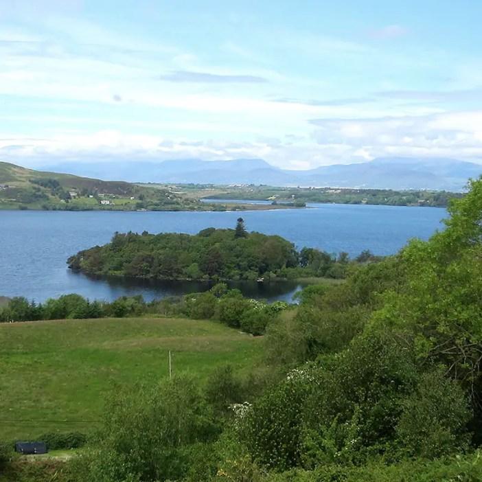 Rundreise-irland-reisetipps-irland-Ballaghbeama-pass-seenlandschaft