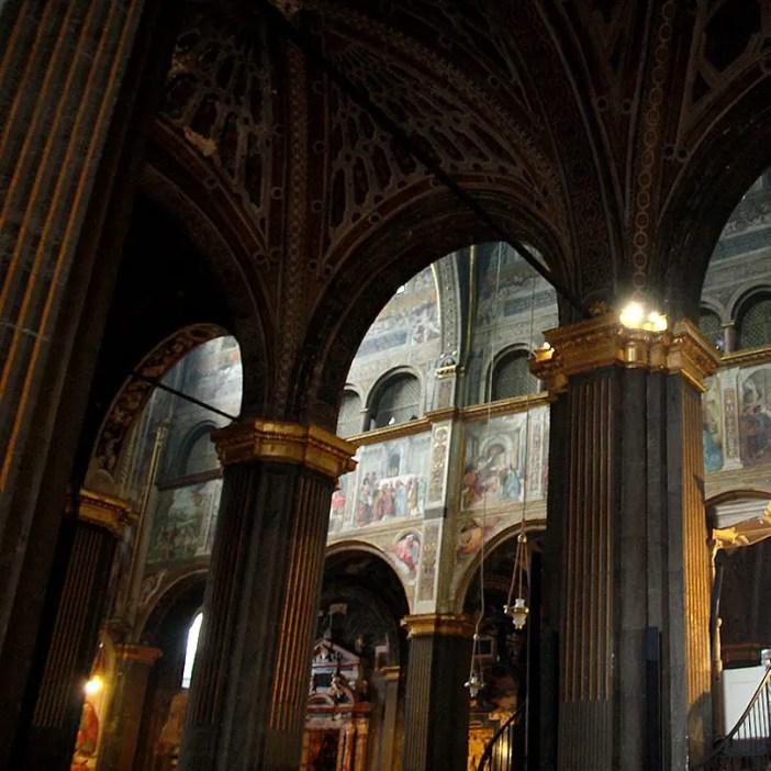reisetipps-lombardei-reisetipps-italien-rundreise-lombardei-sehenswuerdigkeiten-cremona-Duomo-di-Cremona-graue-saeulen