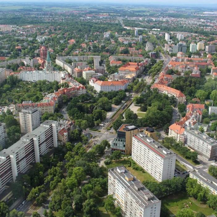 sehenswuerdigkeiten-breslau-niederschlesien-reisetipps-polen-sky-tower-kreisel-strassenbahn