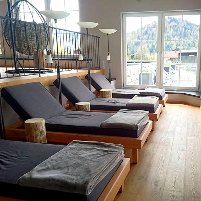 haubers-alpenresort-oberstaufen-allgaeu-bayern-hoteltipp-deutschland-haus-am-see-liegen