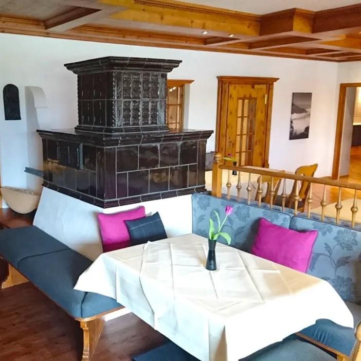 haubers-alpenresort-oberstaufen-allgaeu-bayern-hoteltipp-deutschland-restaurant-kamin