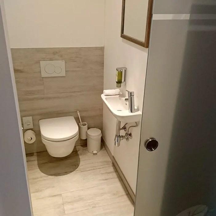haubers-alpenresort-oberstaufen-allgaeu-bayern-hoteltipp-deutschland-zimmer-schwalbennest-bad-toilette