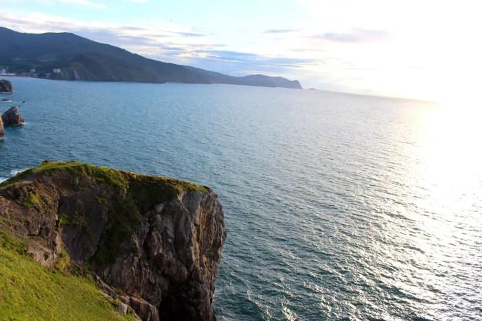 sehenswuerdigkeiten-Biskaya-costa-vasca-reisetipps-baskenland-reisetipps-spanien-Gaztelugatxe-ausblick-fels