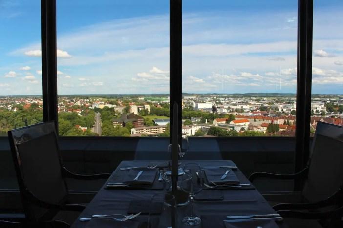 maritim-hotel-ulm-hoteltipp-deutschland-baden-wuerttemberg-restaurant-panorama-ausblick-tisch