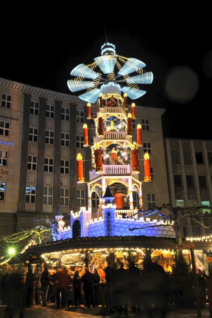 kasseler-maerchenweihnachtsmarkt-reisetipps-hessen-reisetipps-deutschland-pyramide
