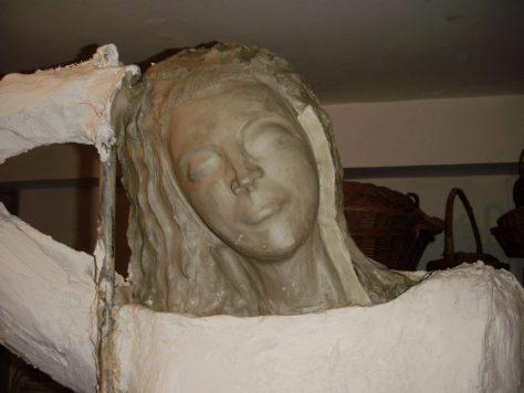 Rostro modelado en arcilla listo para hacer molde en yeso.