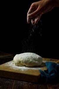 Drożdżowe pierogi z szynką i serem pieczone w piekaeniku