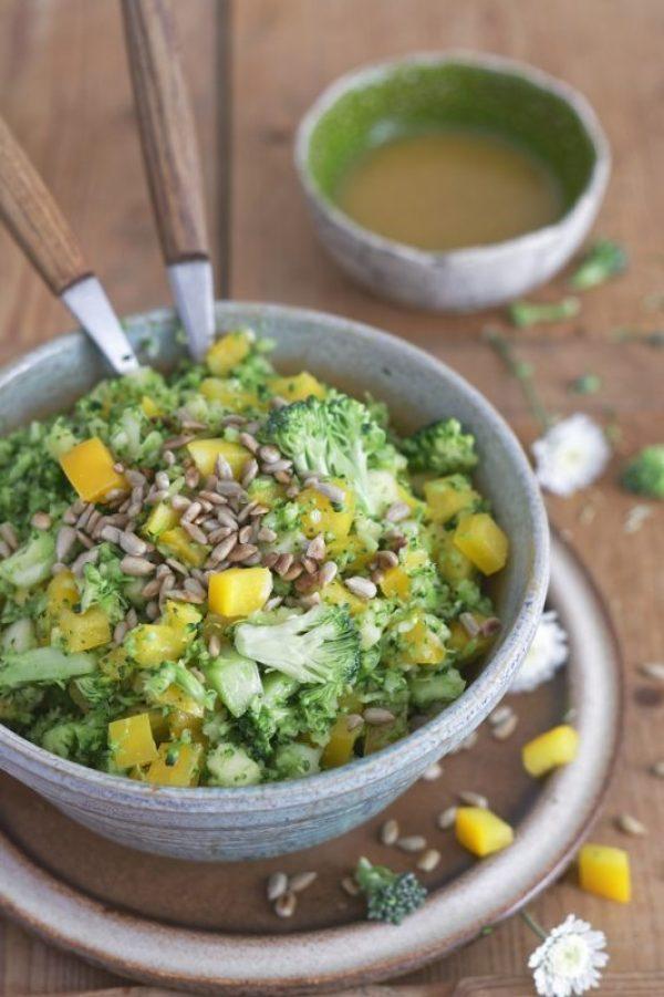 Surówka z brokuła z papryką i słonecznikiem
