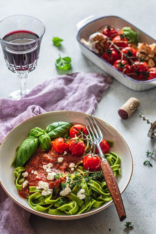makaron-z-sosem-pieczonych-pomidorków-koktajlowych-czosnku-na-winie